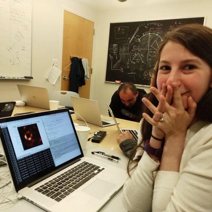Het moment waarop Katie Bouman de foto van het zwart gat voor het eerst ziet.