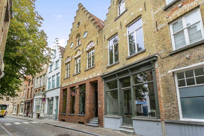 De Gouden Schaar, één van de oudste herenhuizen in de Brugse binnenstad, staat te koop.