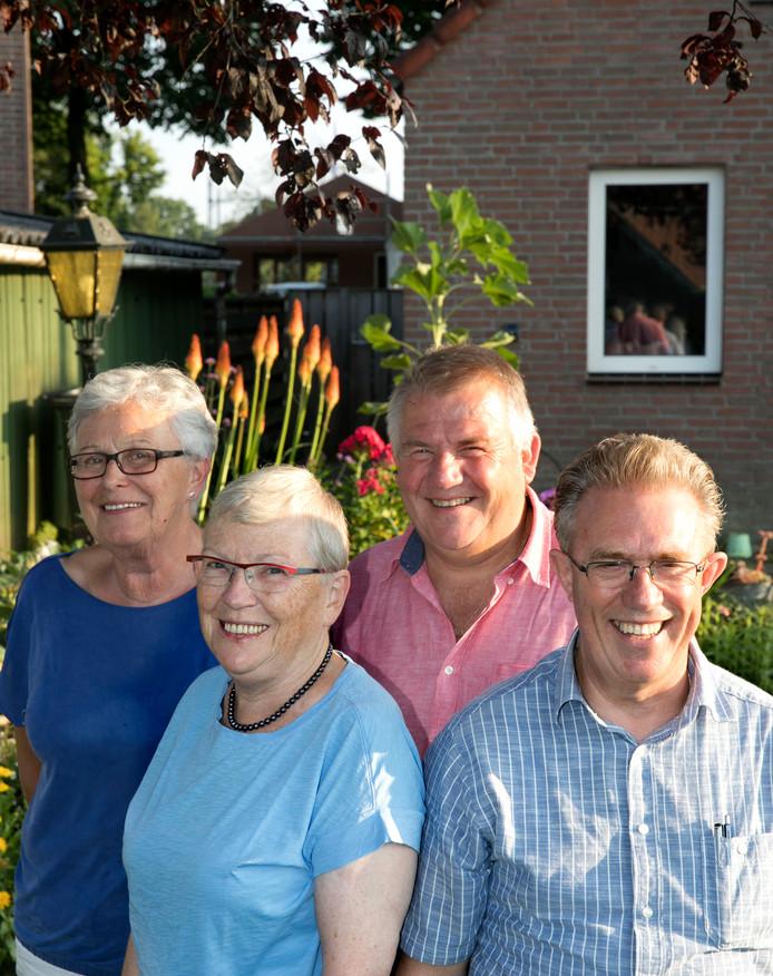 Op de foto voor Mary Zoomers en Ad van Mol. Achter: Mien van Haperen en Ad van Limpt.