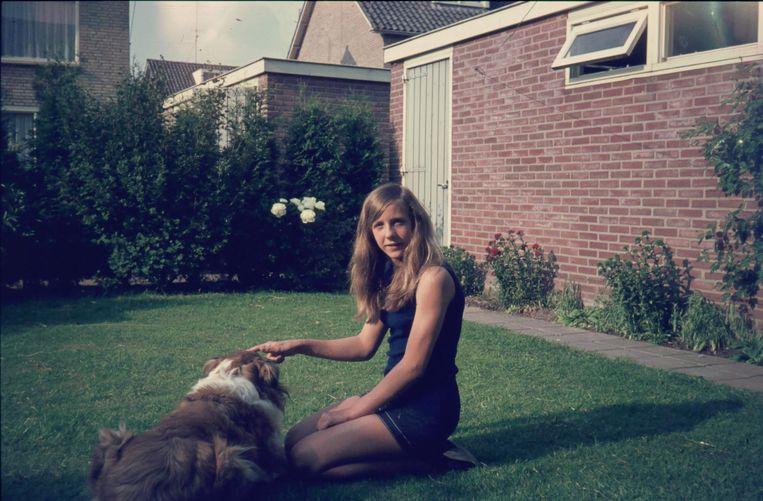Liesbeth van Tongeren in de tuin op haar twaalfde. Beeld