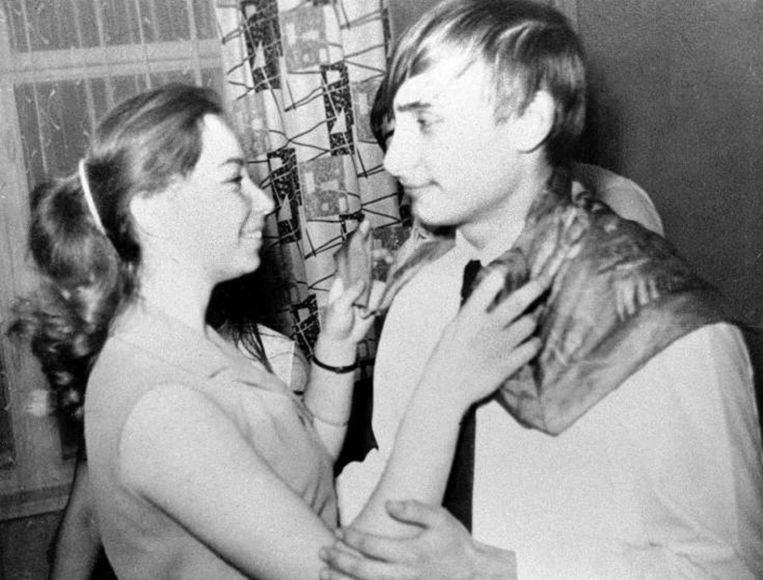 Vladimir Poetin danst met zijn klasgenote, Elena, op een feestje in St. Petersburg, in 1970.