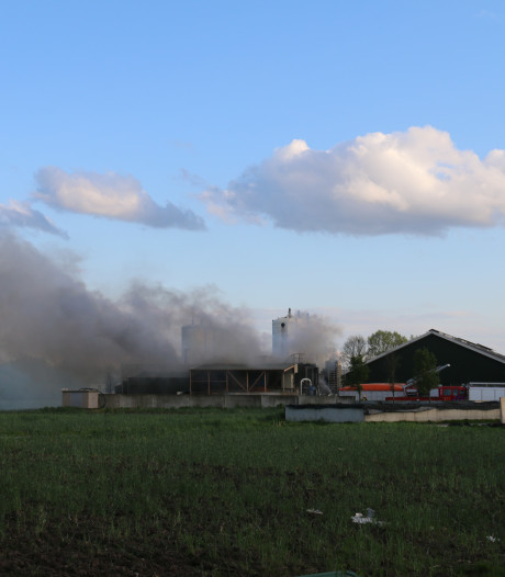 Mestdroger en lopende banden vliegen in brand; veel rook in Groenlo