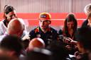 Max Verstappen praat in Monza met de media.
