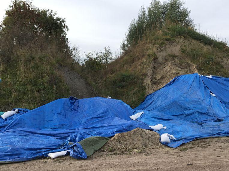 Toen er een vermoeden van asbest was, werden de puinhopen afgedekt. Maar ook dat gebeurde volgens de buurt veel te slordig.