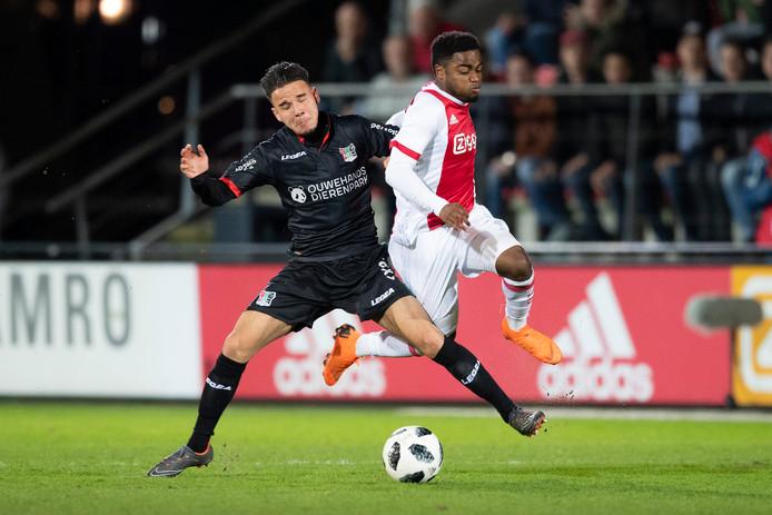 NEC-speler Calvin Verdonk (links) raakte tegen Jong Ajax geblesseerd aan een knie.