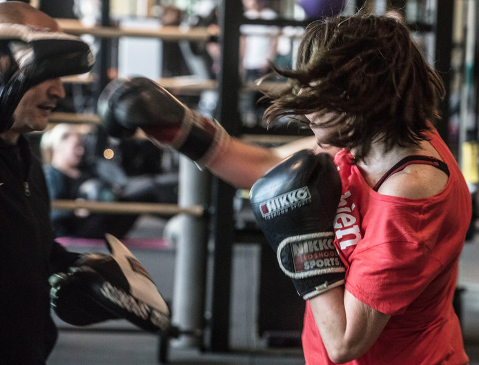 Mischa krijgt boksles. Ze geeft zelf zelfverdedigingslessen aan sekswerkers, ook op de tippelzone in Nijmegen.