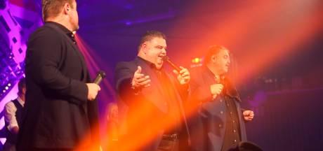 Ongegeneerd meezingen tijdens jubileumfeestje van Nuenenaar Django Wagner
