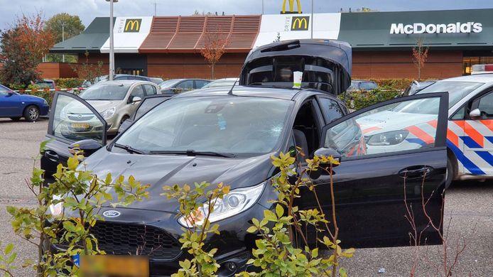 De politie onderzoekt een auto bij de McDonald's in Beuningen.