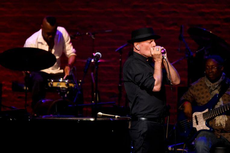 Bruce Willis speelde mondharmonica op het podium van het Apollo Theater.