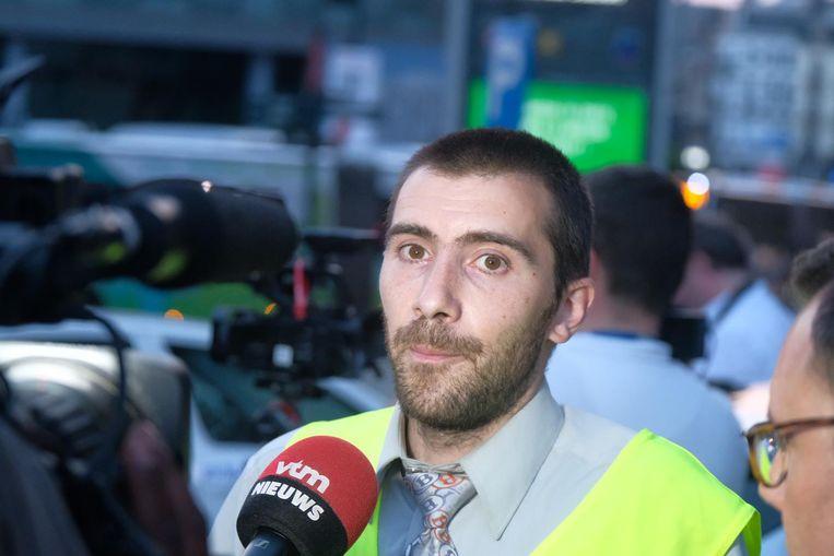 Deze getuige vertelde hoe hij de verdachte naar de sporen zag wandelen met iets wat eruitzag als een bomgordel.