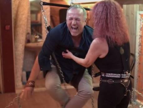 Gordon ontvangt flinke klappen met zweep van SM-meesteres Roxy