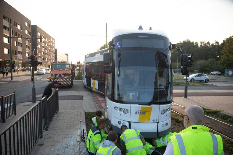 20180822 Belgie Antwerpen tram op de Blancefloorlaan ontspoort na een aanrijding met een auto.