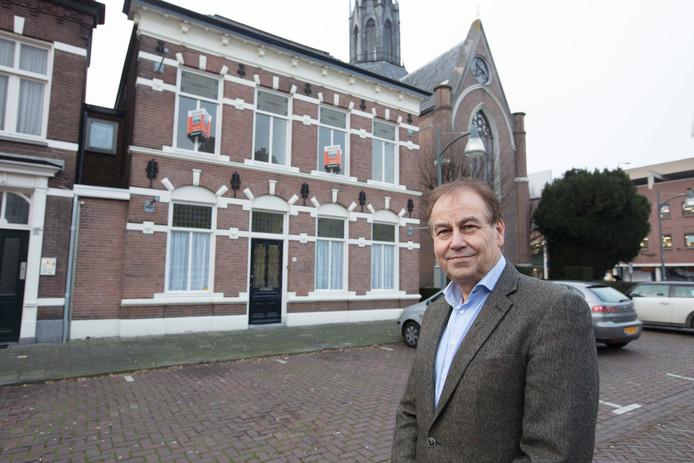 Wim van der Linden voor zijn pand aan de Kerkstraat Zuid 17 in Helmond.
