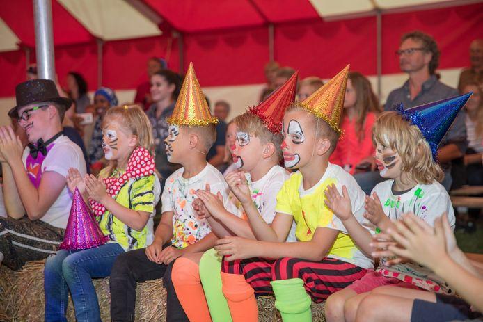 Dinsdagavond nam Schore afscheid van basisschool De Tunnel. Leerlingen, leerkrachten en  publiek zorgden met een circus voor een passend slotakkoord.