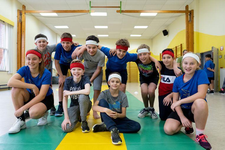 De leerlingen van OLVP Bornem, met de zweetbandjes die aan deelnemers zullen worden uitgedeeld.