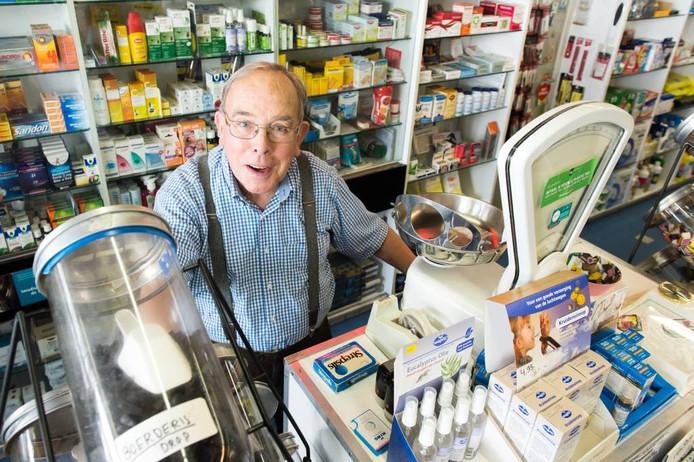 De drogisterij van Joep Adank (82) bestaat 100 jaar: 'Ik doet het nog met te veel plezier.' foto rené schotanus/pix4profs