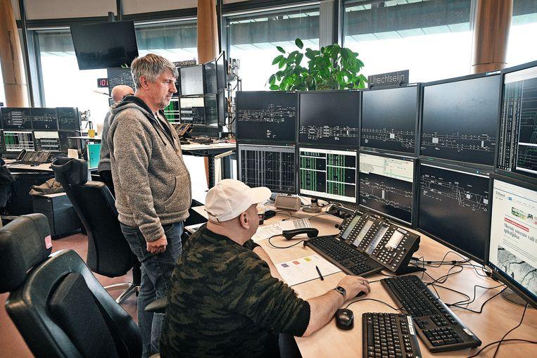 De controlekamer van Prorail nabij het Centraal Station van Amsterdam. Beeld Guus Dubbelman/de Volkskrant