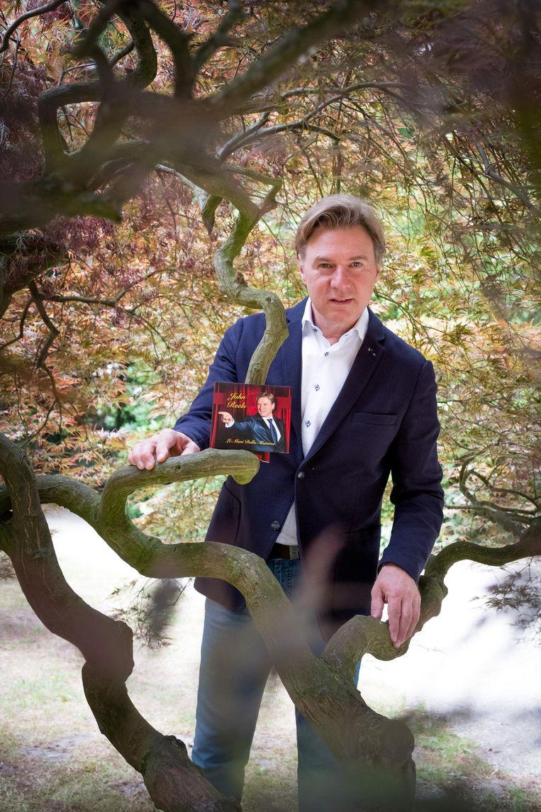 John Reels met zijn recentste single, 'Le Mani Della Mamma'.