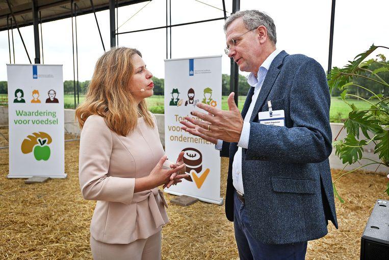Volkert Engelsman van Eosta in gesprek met Landbouwminister Carola Schouten tijdens de presentatie van haar landbouwvisie. Beeld Guus Dubbelman / de Volkskrant