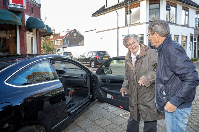 Chauffeur Martin Bronkhorst van Automaatje helpt mevrouw Dilia Ledoux instappen bij haar kapper om haar vervolgens naar huis te brengen.