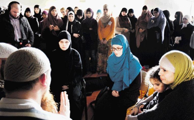 In de vrouwenruimte van de Utrechtse Omar Al Faroukmoskee doceert imam Ambu Hamza op de derde Bekeerlingendag. Zelf is de Duitser ook bekeerd: hij werd geboren als Pierre Vogel. (FOTO ANP) Beeld ANP