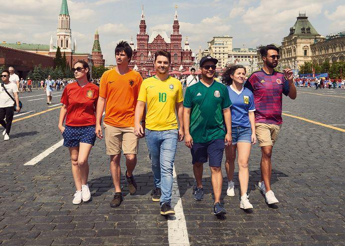 De zes activisten voor homorechten op het Rode Plein in Moskou, in Oranje-shirt Eric Xavier Houter.