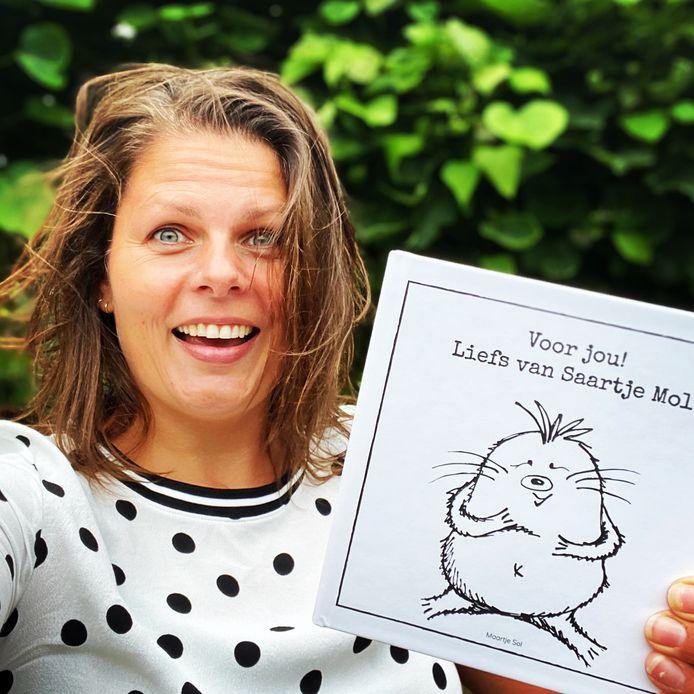 Maartje Sol met haar boek