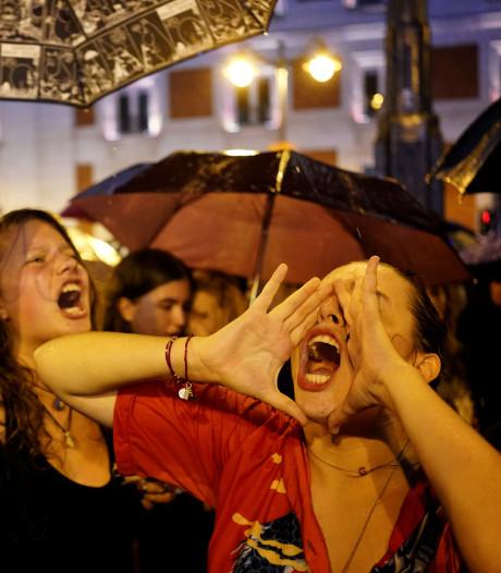Duizenden Spaanse vrouwen protesteren tegen huiselijk geweld partners