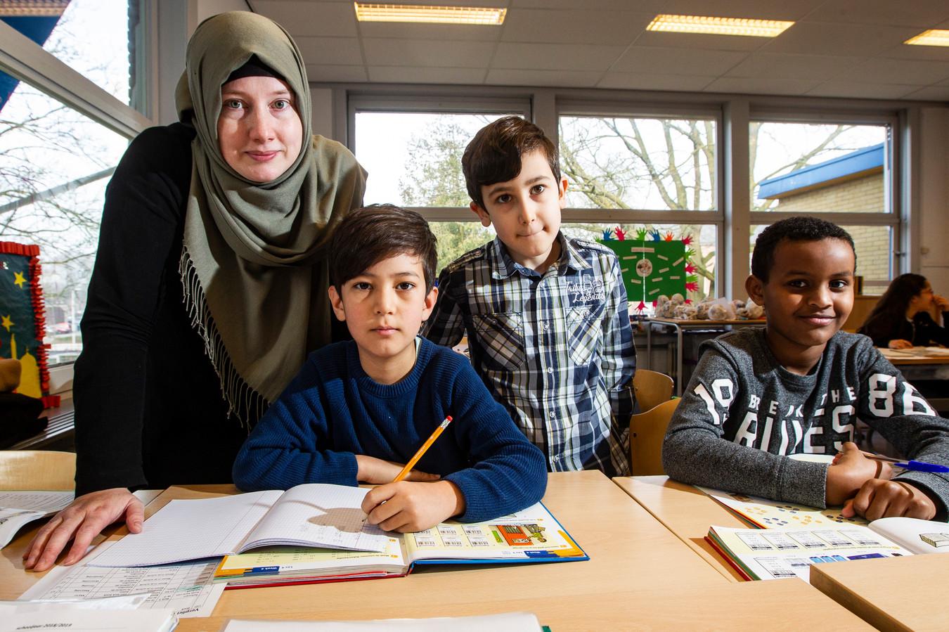 Wahab (blauwe shirt) uit groep 5 zit op de islamitische basisschool De Zonnebloem in Deventer. Links juf Lotte, samen met juf Lian leerkracht van groep 5.