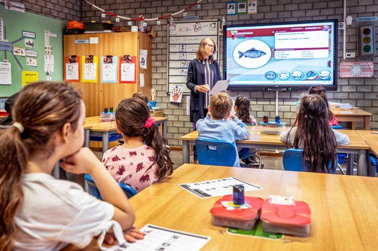 Monique van Akkeren op de openbare basisschool Narcis-Querido in Amsterdam. Beeld Raymond Rutting / de Volkskrant