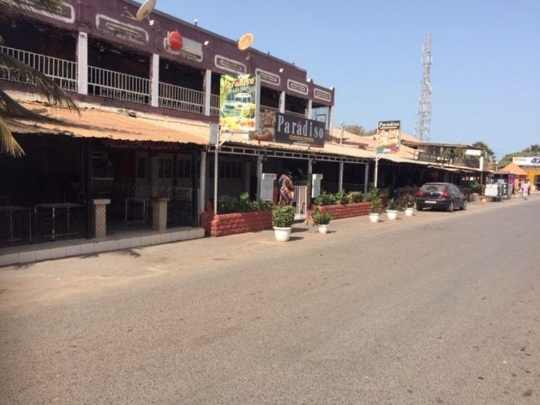 De straten in Gambia zijn leeg, de restaurants en verschillende hotels sloten de deuren.