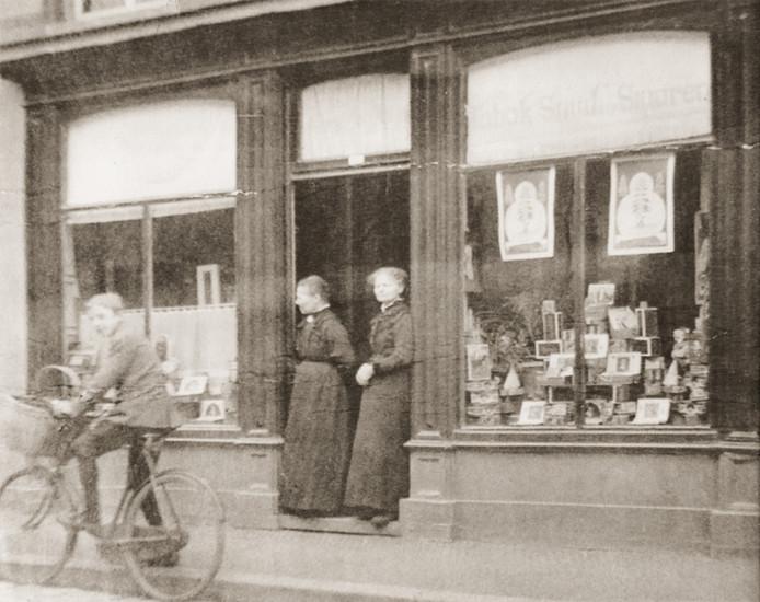 Do en Jans van den Broek in de deuropening van hun winkel in de Korenstraat in Eindhoven.