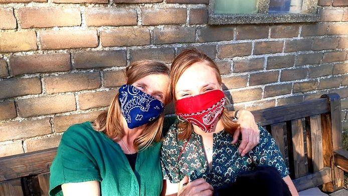 """Edien Rommens uit Klundert:  """"Mama en ik hebben afgelopen weekend veel mondkapjes genaaid van rode zakdoeken."""""""