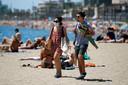 Badgasten op het strand van Barcelona.
