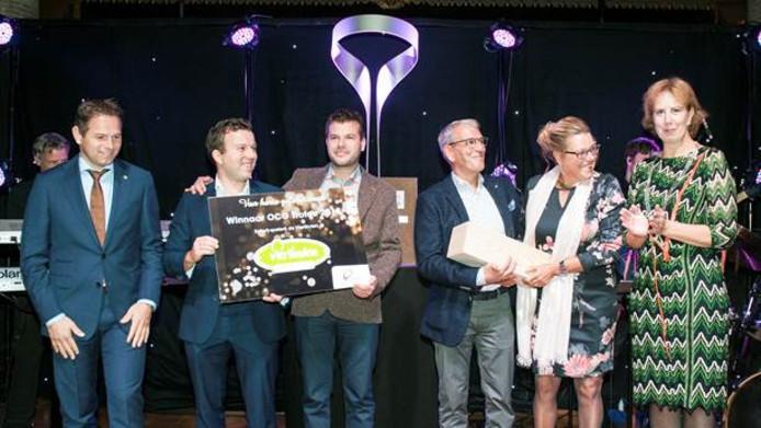 Gedeputeerde Jo-Annes de Bat (links) en burgemeester van Goes Margo Mulder (rechts) hebben de OCG-Trofee uitgereikt aan Jimmy, Nieky, Wim en Ellen Verlinde van De Vierlinden.
