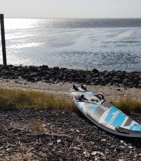 Surfer met pech dobberde een uur op zijn zeil tot hij gevonden werd