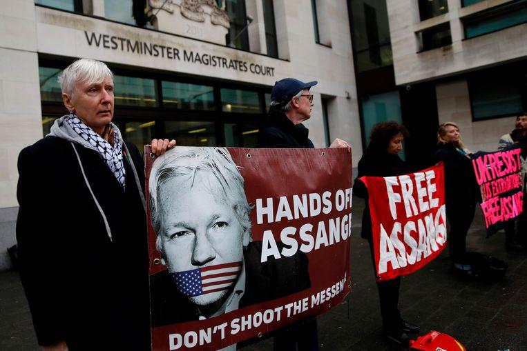 Demonstranten steunen Julian Assange in Londen op 19 februari.  Beeld AFP