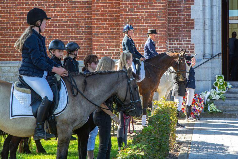De ruiters vormden na de dienst met zes pony's en zes paarden een erehaag, terwijl de kist naar de witte lijkwagen gedragen werd.