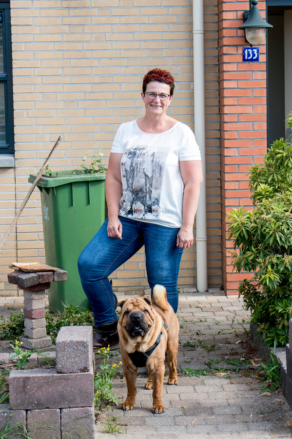 Els Herrewijn met haar hond Baco.