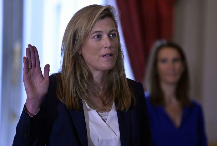 Annelies Verlinden legt de eed af bij koning Filip. Sophie Wilmès kijkt toe op de achtergrond.