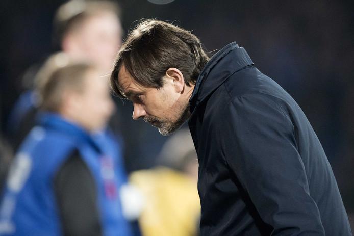 Phillip Cocu weet even niet waar hij het zoeken moet na de 5-0 nederlaag van PSV in Tilburg.