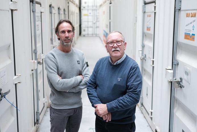 Jeroen en Frits van Dam bij de opslagcontainers.