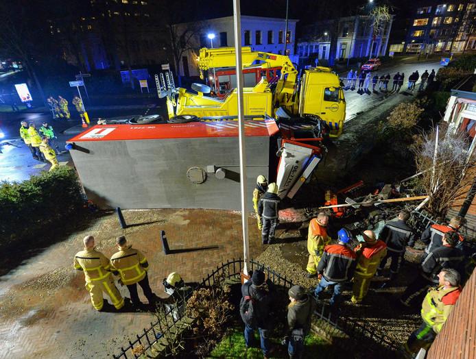 De omgevallen brandweerauto veroorzaakte een enorme ravage op de Vosselmanstraat.