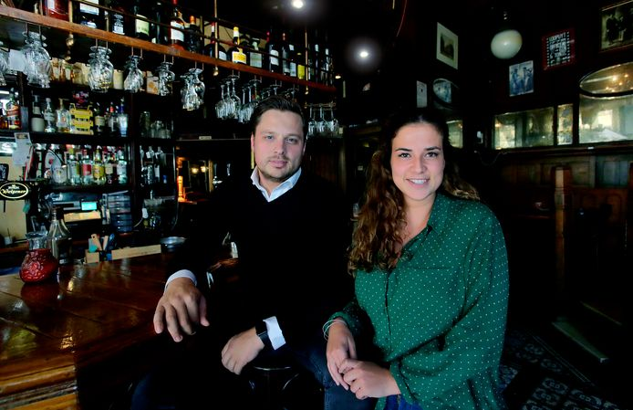 Jasper Slooten en Nicole de Blaay in café Scheffers, dat ze in november overnemen. ,,Jongeren hoeven wat ons betreft niet meer naar Rotterdam voor een bruine kroeg.''