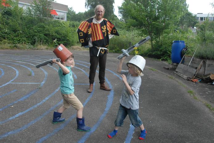 Met een bloempot als helm gingen de kinderen het gevecht aan.