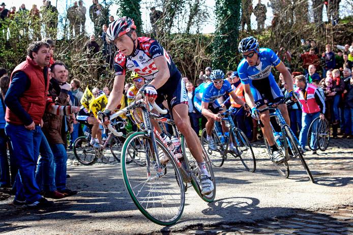 Karsten Kroon voert een groepje renners aan tijdens de Ronde van Vlaanderen in 2006.