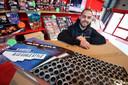 Jeffrey Tepe van Vesta Vuurwerk in Roosendaal. Met onder hem twee pakketten flowerbeds, dé vuurwerkhit van 2018.