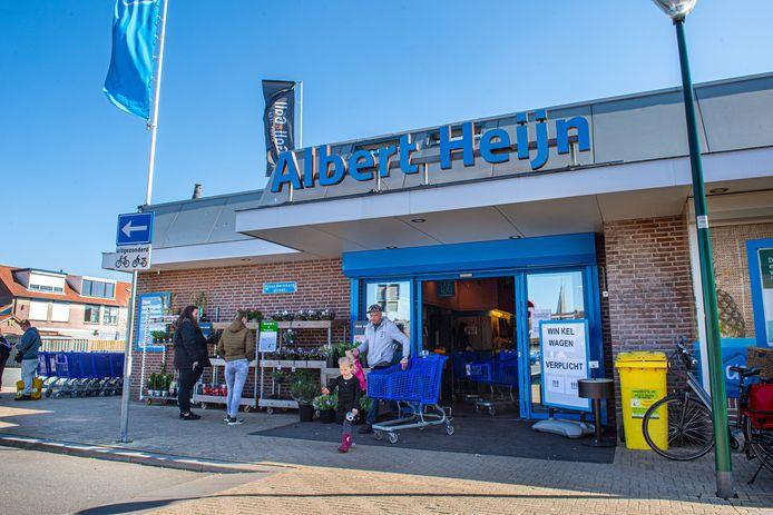 Een ongewone aanblik bij de Albert Heijn op zondag in Woudenberg. De deuren zijn open en klanten zijn van harte welkom om boodschappen te doen.