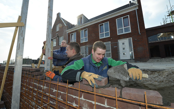 Bouwvakkers aan het werk in de nieuwbouwwijk De Plantage in Geldermalsen. Het aantal banen in de gemeente daalde in 2017.