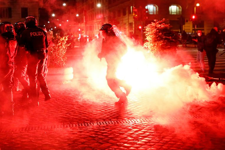 In Rome kwam het tot een confrontatie tussen demonstranten en de politie. Beeld AP